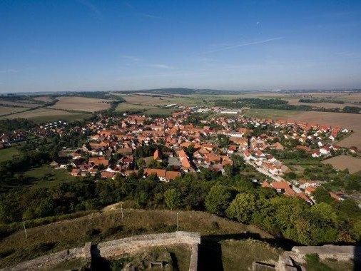 Blick von der Mühlburg auf Mühlberg, einer der ältesten urkundlich erwähnten Orte Thüringens, mit seinem unter Denkmalschutz stehenden historischen Ortskern.
