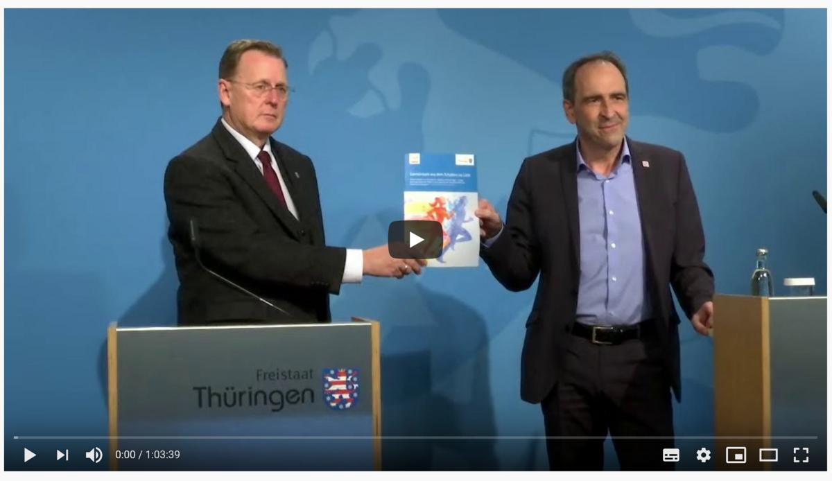 Screenshot aus Youtube Video: MP Bodo Ramelow zeigt Broschüre