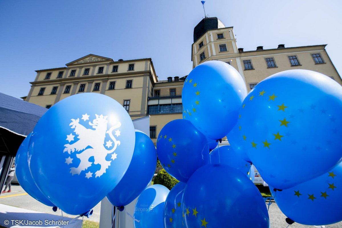 Blaue Ballons mit dem Logo der Europäischen Flagge.