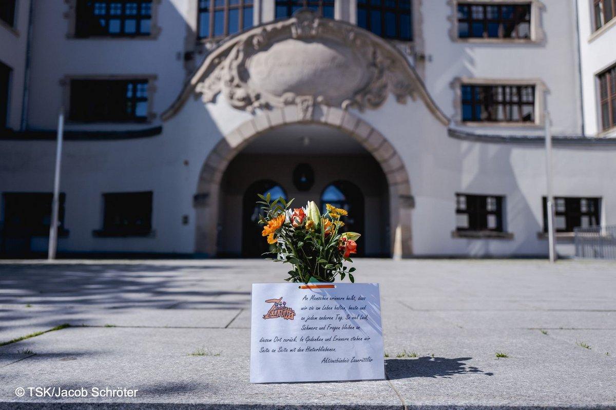 Blumenstrauß und Gedenktext vor der Gutenberg-Schule in Erfurt