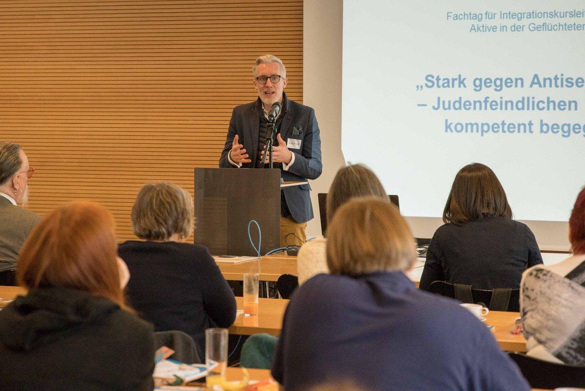 Minister Prof. Dr. Benjamin-Immanuel Hoff hinter einem Rednerpult während seiner Präsentation. Im Vordergrund sitzen Zuhörende.