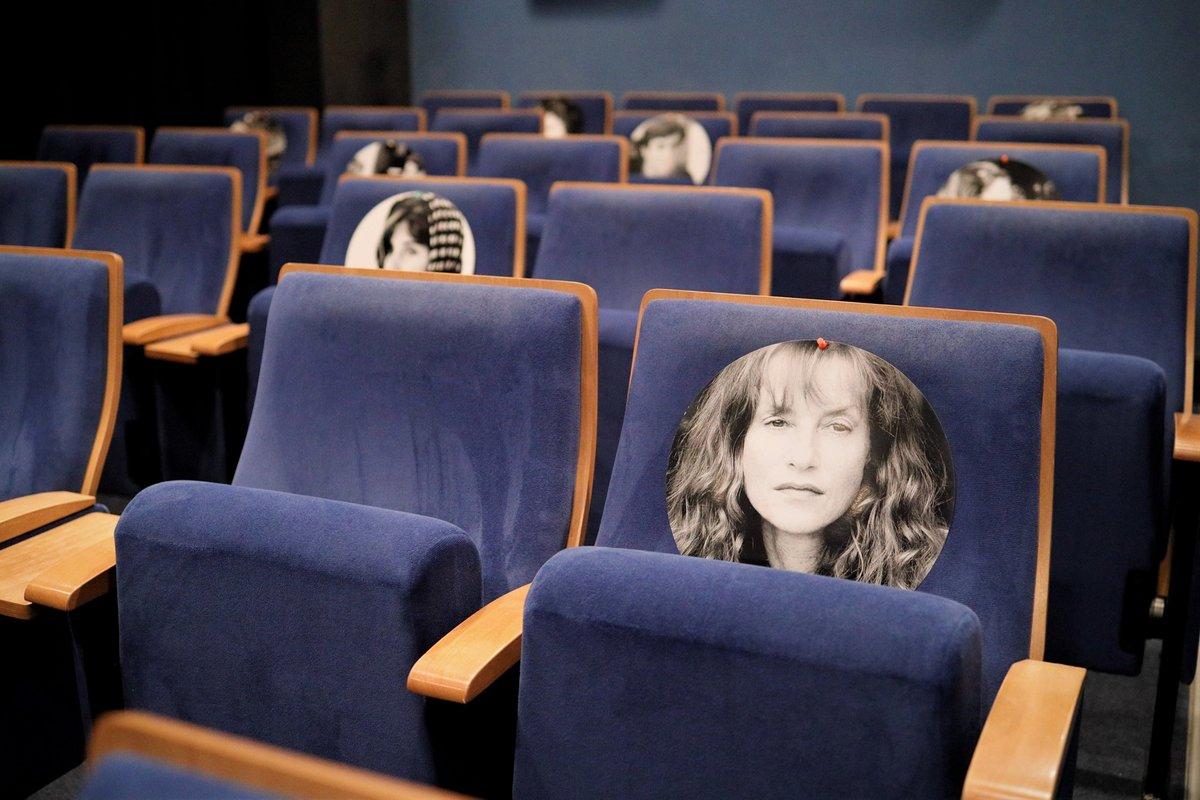 Blick in einen Kinosaal, mit Corona-Abständen