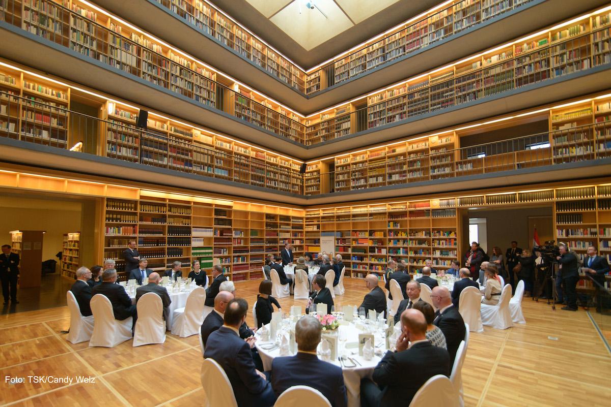 Staatsmänner sitzen an Tischen in der Herzogin Anna Amalia Bibliothek.