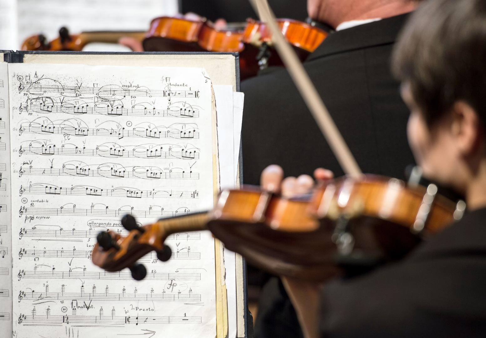 Notenblatt und Violine im Orchester