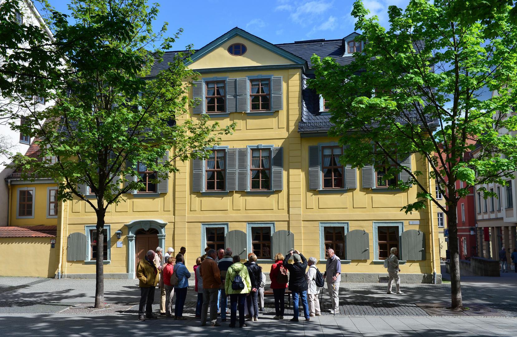 Die Frontansicht des Schillerhauses in Weimar an einem sonnigen Tag.