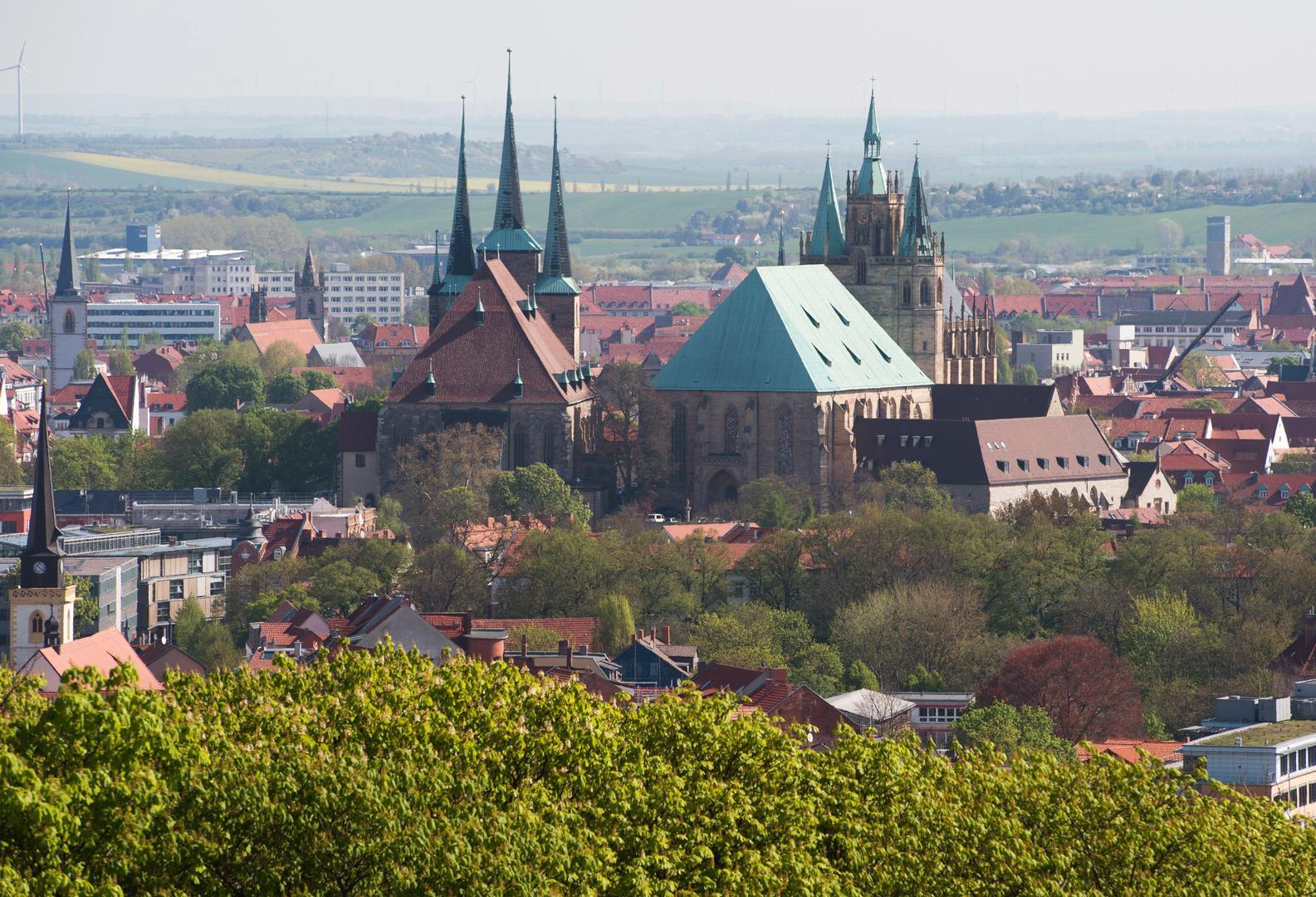 Der Erfurter Dom an einem Sommertag vom Petersberg aus fotografiert. Im Hintergrund die Erfurter Altstadt.