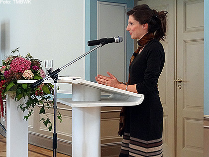 Eine andere Frau an einem Rednerpult.